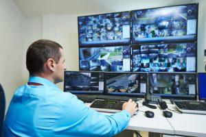 Direkte Verbindung einer Gefahrenmeldeanlage zu einer Notruf- oder Einsatzzentrale eines Sicherheitsbetriebs.
