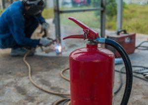 Maßnahmen zur Verhinderung von Bränden bei feuergefährlichen Arbeiten und nach Löscharbeiten.