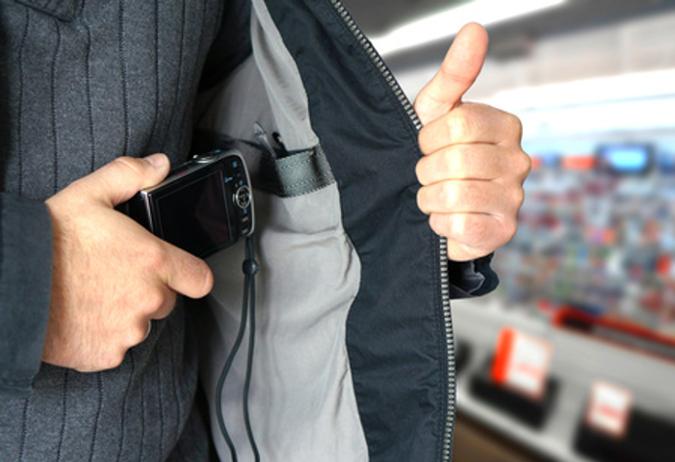 Geschulter Sicherheitsmitarbeiter zur Verhinderung von Kaufhausdiebstählen durch Prävention und Aufspüren von Tätern.